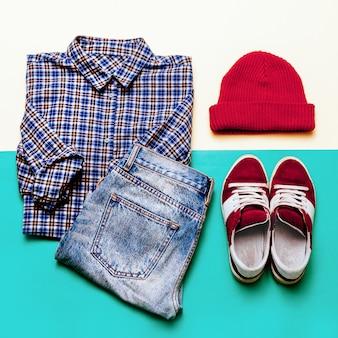 Conjunto de roupas urbanas. camisa xadrez, jeans, boné de sapatos
