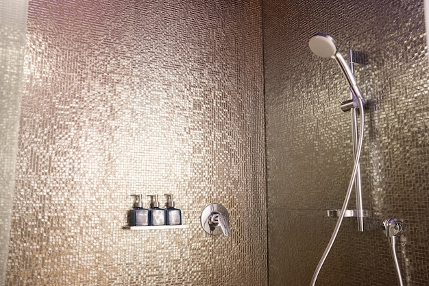 Conjunto de sabonete e xampu no banheiro