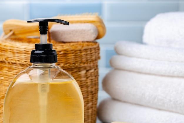 Conjunto de sabonete líquido ou loção para o corpo no banheiro do hotel, close-up