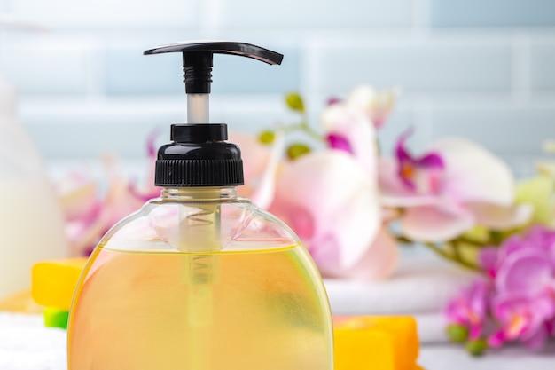 Conjunto de sabonete líquido ou loção para o corpo no banheiro do hotel