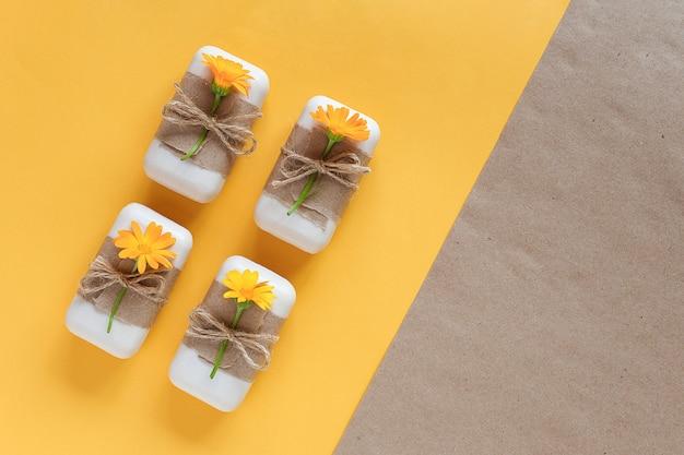 Conjunto de sabonete natural feito à mão, decorado com papel artesanal, flagelo e flores de calêndula laranja