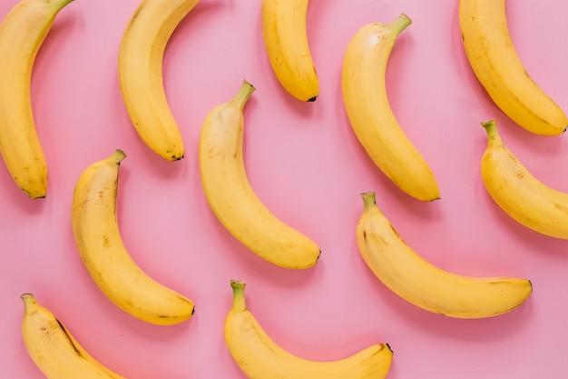 Conjunto de saborosas bananas maduras