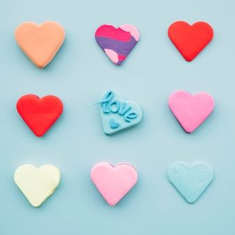 Conjunto de saborosos biscoitos frescos em forma de coração