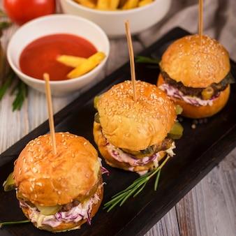Conjunto de saborosos hambúrgueres de carne prontos para serem servidos
