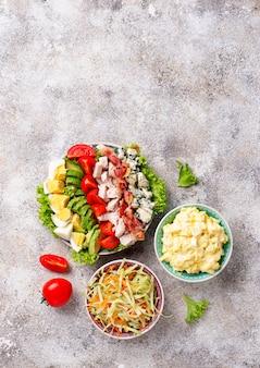 Conjunto de saladas americanas tradicionais.