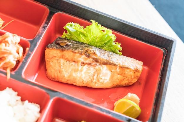 Conjunto de salmão grelhado bento