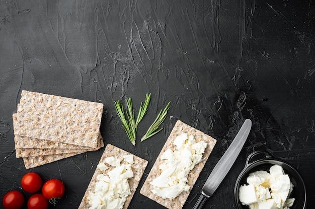 Conjunto de sanduíche de pão torrado, em mesa de pedra preta escura, vista de cima plana