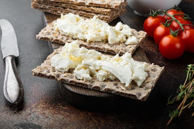 Conjunto de sanduíche de pão torrado, em velha mesa rústica escura