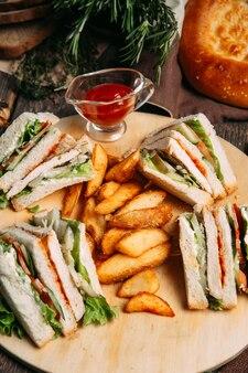Conjunto de sanduíches com fatias de batata rústica de molho vermelho