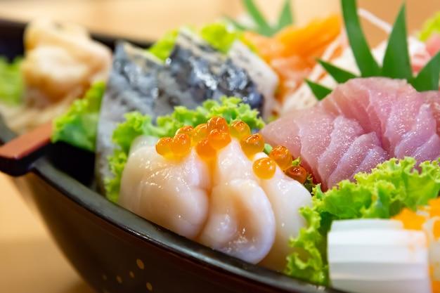 Conjunto de sashimi, comida japonesa, fatia de sashimi, salmão, wasabi, frutos do mar, tako, close-up