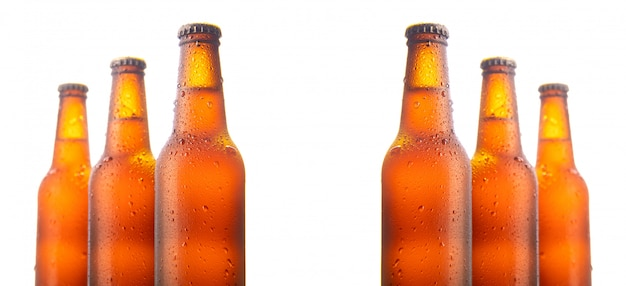 Conjunto de seis garrafas de cerveja isoladas na parede branca