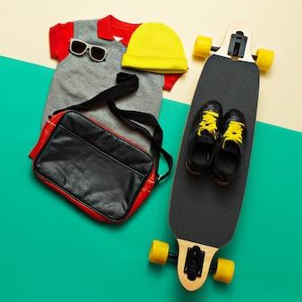 Conjunto de skate. acessórios. tênis de óculos escuros. estilo de vida urbana ativo do skate