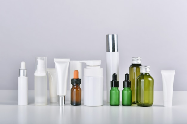 Conjunto de skincare e frasco de cosmético.