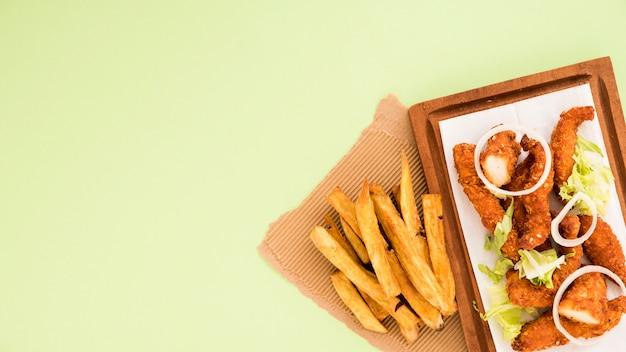 Conjunto de snacks fritos na tábua de madeira