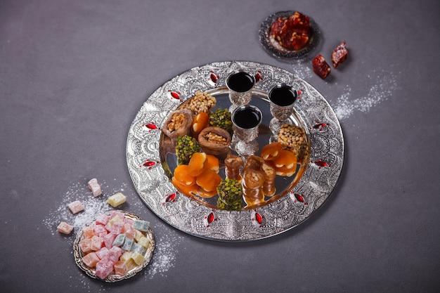 Conjunto de sobremesas orientais tradicionais sortidas