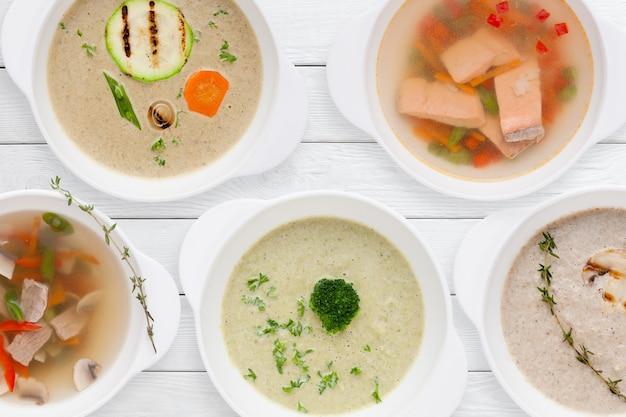 Conjunto de sopas saborosas na mesa branca