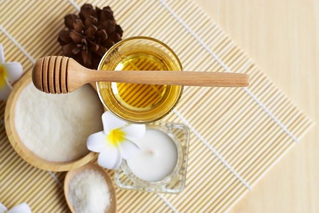 Conjunto de spa caseiro que consiste em corpo e esfoliante facial, corpo e conceito de cuidado de cabelo