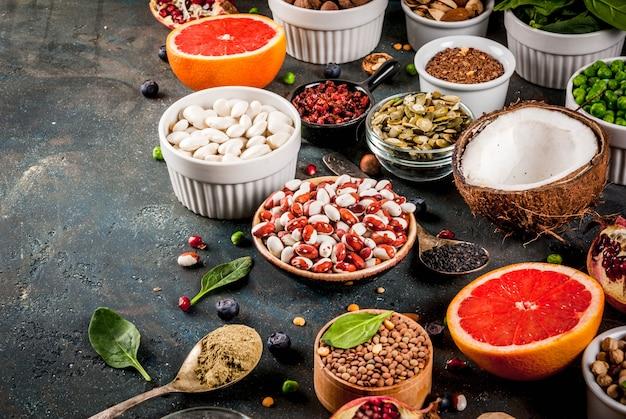 Conjunto de superalimentos de alimentos orgânicos dieta saudável feijão legumes nozes sementes verdes frutas e legumes