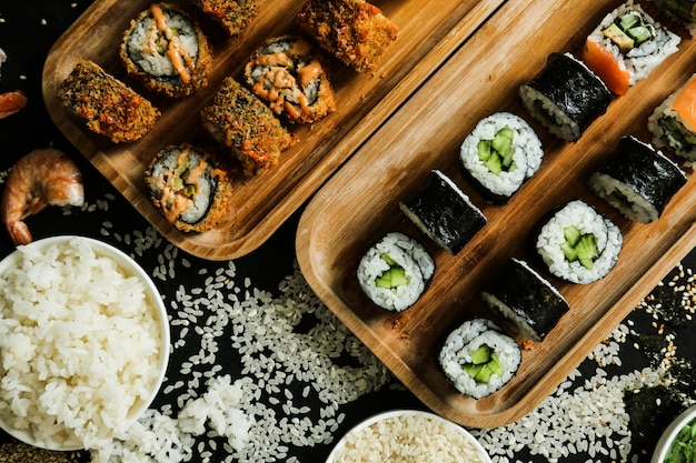 Conjunto de sushi cappa maki camarão tempura arroz gengibre wasabi vista superior