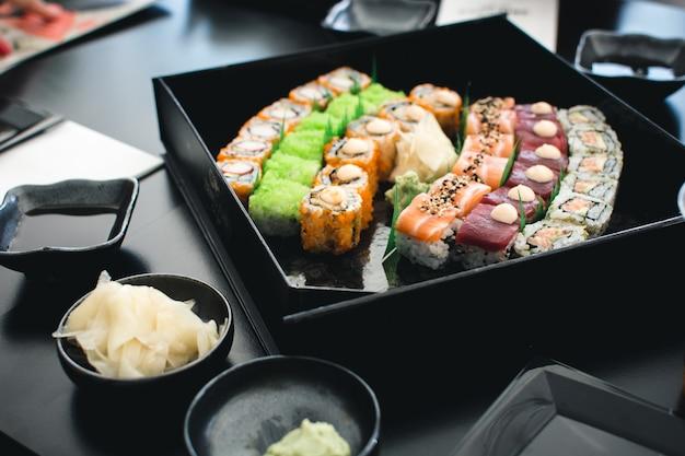 Conjunto de sushi colorido
