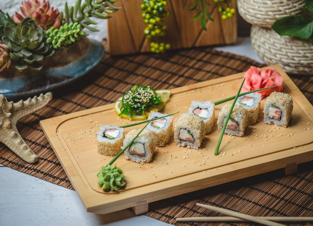 Conjunto de sushi com gengibre e wasaby