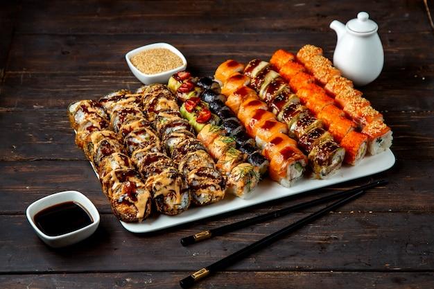 Conjunto de sushi com vários recheios