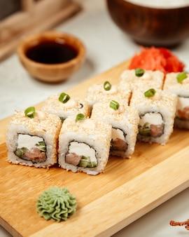 Conjunto de sushi com wasabi e gengibre 7