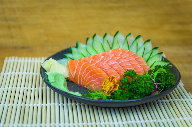 Conjunto de sushi (combo). cozinha tradicional japonesa, sashimis premium decorados em ambiente elegante.