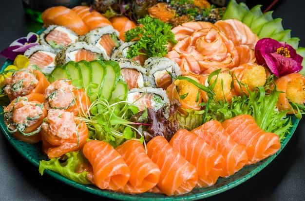 Conjunto de sushi. cozinha tradicional japonesa, sushi premium decorado em ambiente elegante.