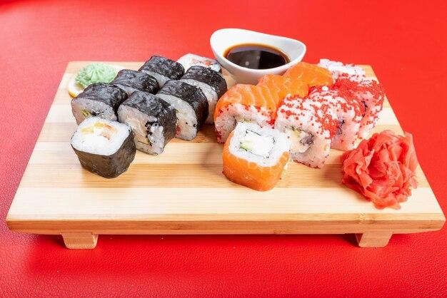 Conjunto de sushi de pãezinhos e papoulas, com salmão e caviar. fechar-se. para qualquer propósito.