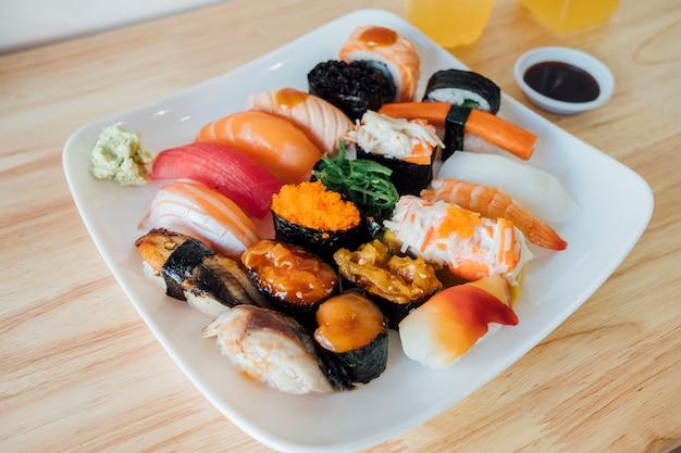 Conjunto de sushi de peixe cru