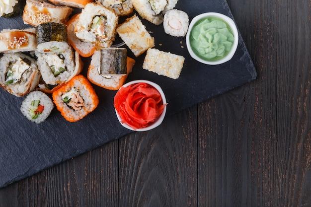 Conjunto de sushi e maki na mesa de pedra. vista superior com espaço de cópia