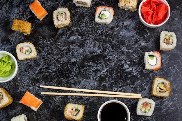 Conjunto de sushi e maki na mesa de pedra. vista superior fundo copyspace