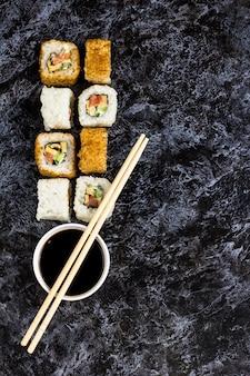 Conjunto de sushi e maki na mesa de pedra
