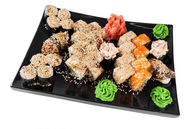Conjunto de sushi e pãezinhos