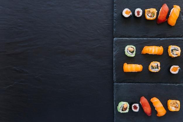 Conjunto de sushi e rolo em tábuas