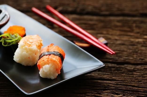 Conjunto de sushi em placa de cerâmica oriental comida japonesa estilo