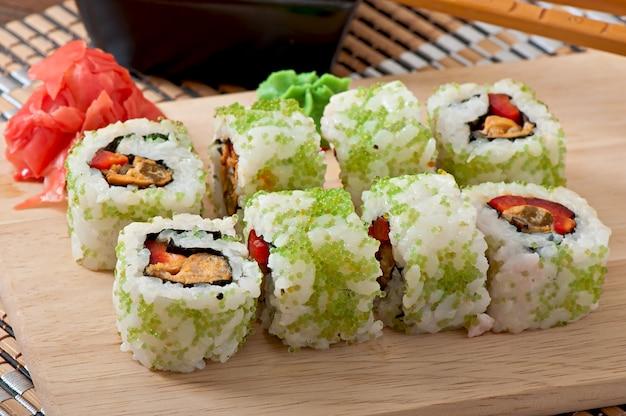 Conjunto de sushi em uma tábua