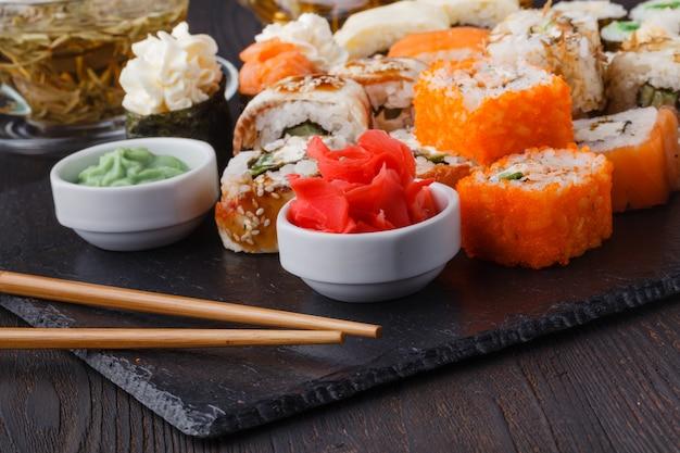 Conjunto de sushi japonês com chá verde pronto para servir