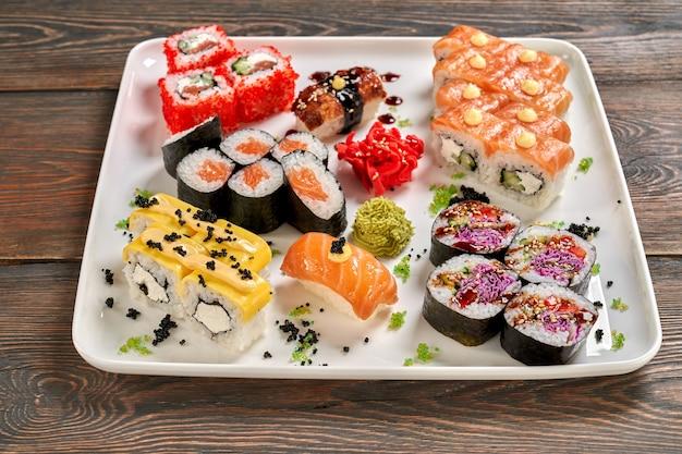 Conjunto de sushi japonês de maki, nigiri e uramaki.