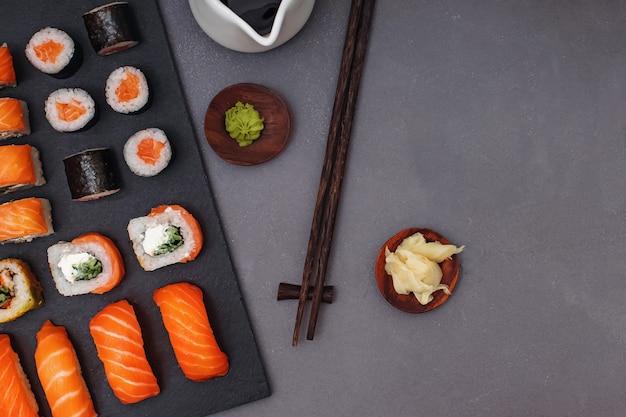 Conjunto de sushi maki roll com vista superior