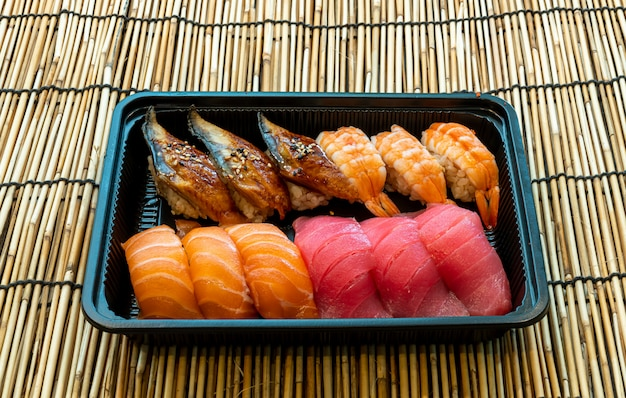 Conjunto de sushi misto na caixa preta