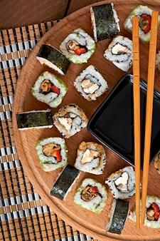 Conjunto de sushi na placa de madeira