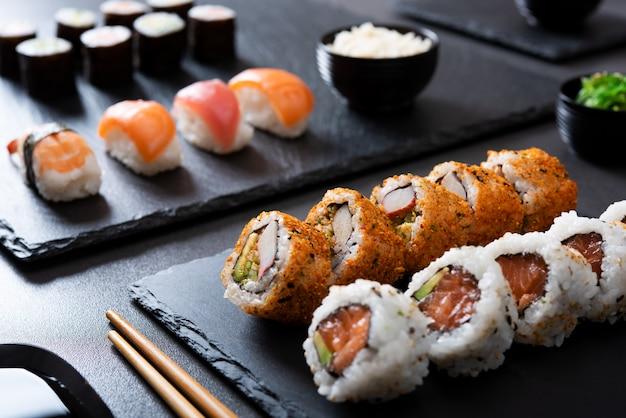 Conjunto de sushi no restaurante japonês