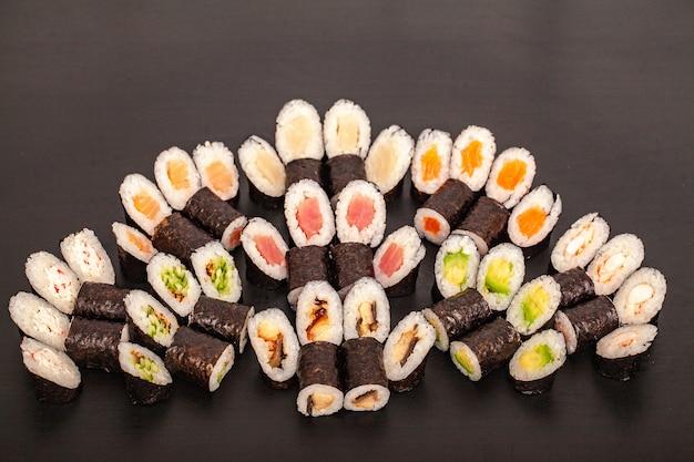 Conjunto de sushi rola comida em preto