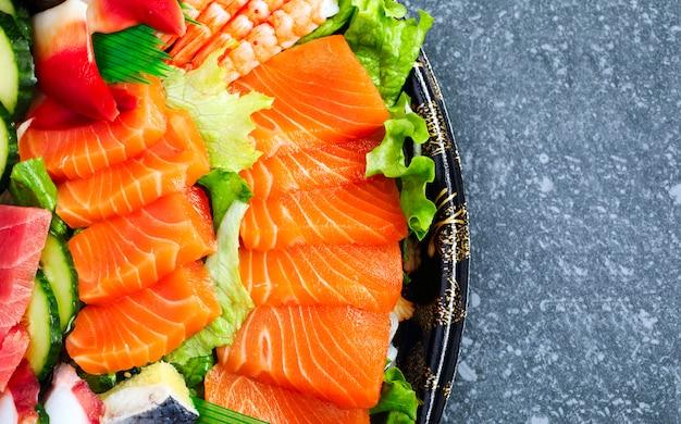 Conjunto de sushi. sashimi diferente, sushi e rolos, vista superior, copyspace
