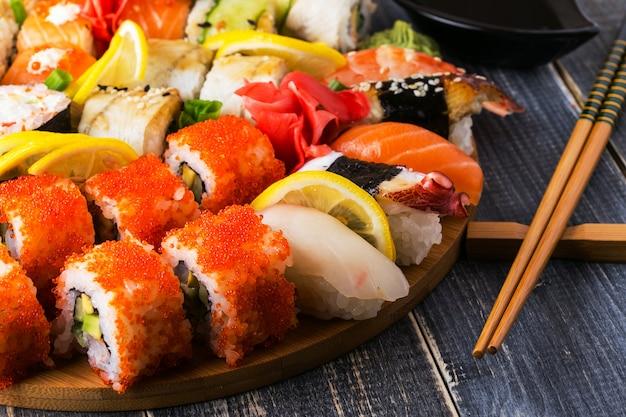 Conjunto de sushi: sushi e sushi rola na placa de madeira.