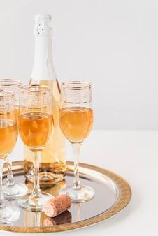 Conjunto de taças de champanhe em uma bandeja
