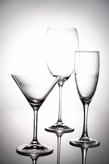 Conjunto de taças de vidro vazio. em um resumo de fundo branco