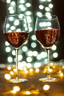Conjunto de taças de vinho em uma mesa